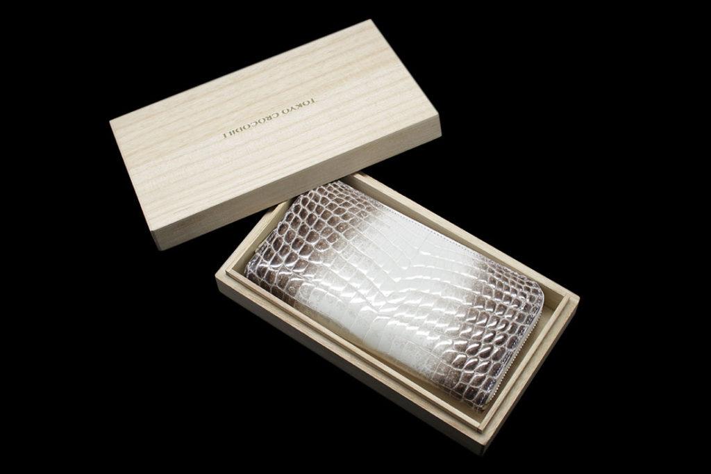 最高級ヒマラヤクロコにふさわしい桐箱でお届けいたします。