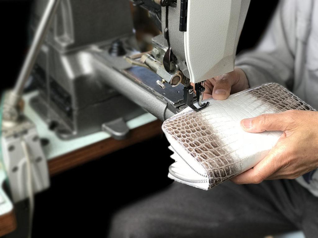 熟練のクラフトマンの手によって一つ一つ丹精込めて作り上げられます。